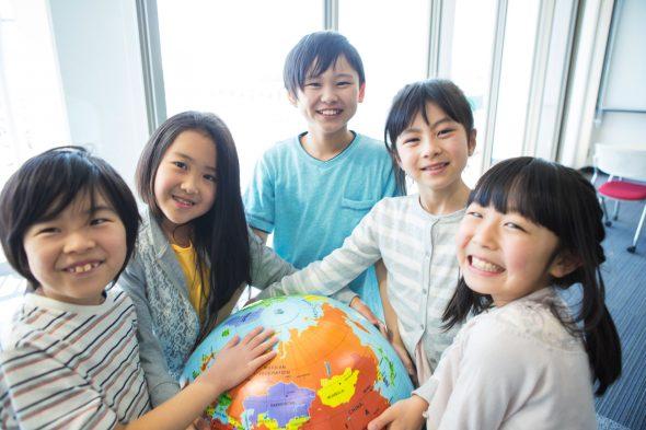 地球儀を持った小学生