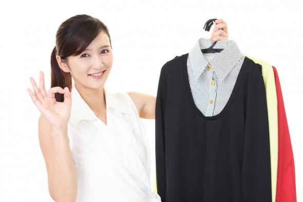 洋服を売る女性