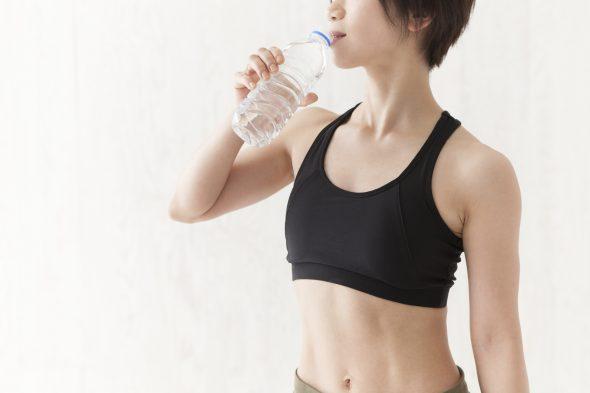 水素水を飲む女性:イメージ