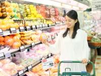 お買い物をする女性