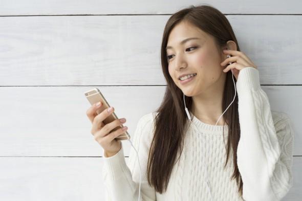 音楽をアプリで聴く女性