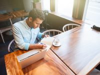 カフェで勉強する男性