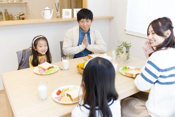 家族の朝食シーン