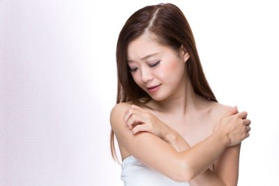 乾燥肌 腕を掻く女性