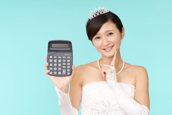 結婚式の節約を試算する花嫁
