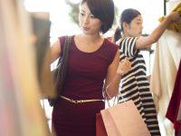 洋服を選ぶ女性たち