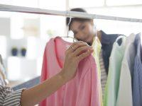 ブランドの服を選ぶ女性