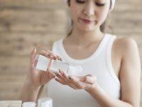 手作り化粧水を使う女性