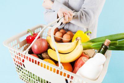 スーパーマーケットのバスケットを持つ女性