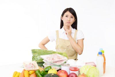 食品の購入で悩む主婦