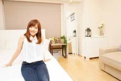 Airbnbで民泊をする女性